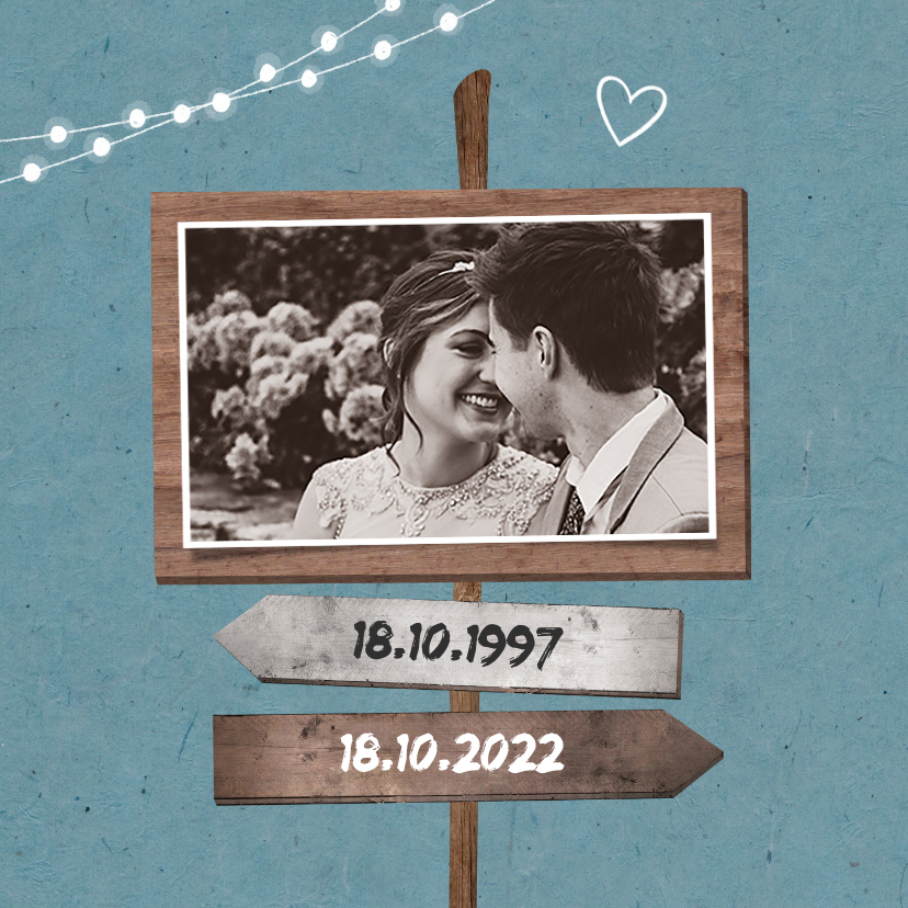 Jubileumkaart uitnodiging hip met houten wegwijzers en foto 2