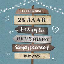 Jubileumkaart uitnodiging hip met houten wegwijzers en foto