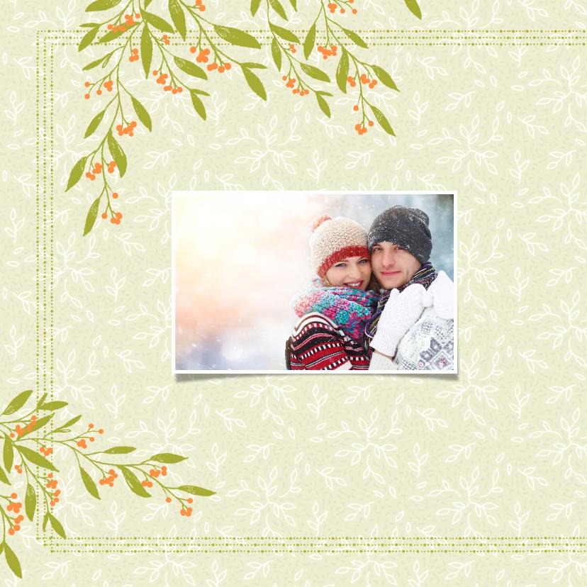 Kerstkaart groene blaadjes, oranje besjes en foto's 2
