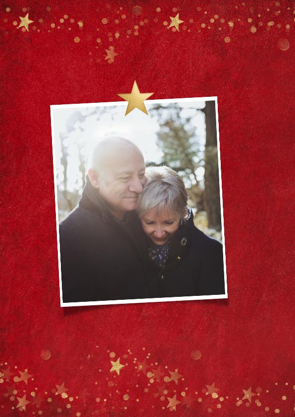 Kerstkaart klassiek rood met gouden sterren en eigen foto's 2