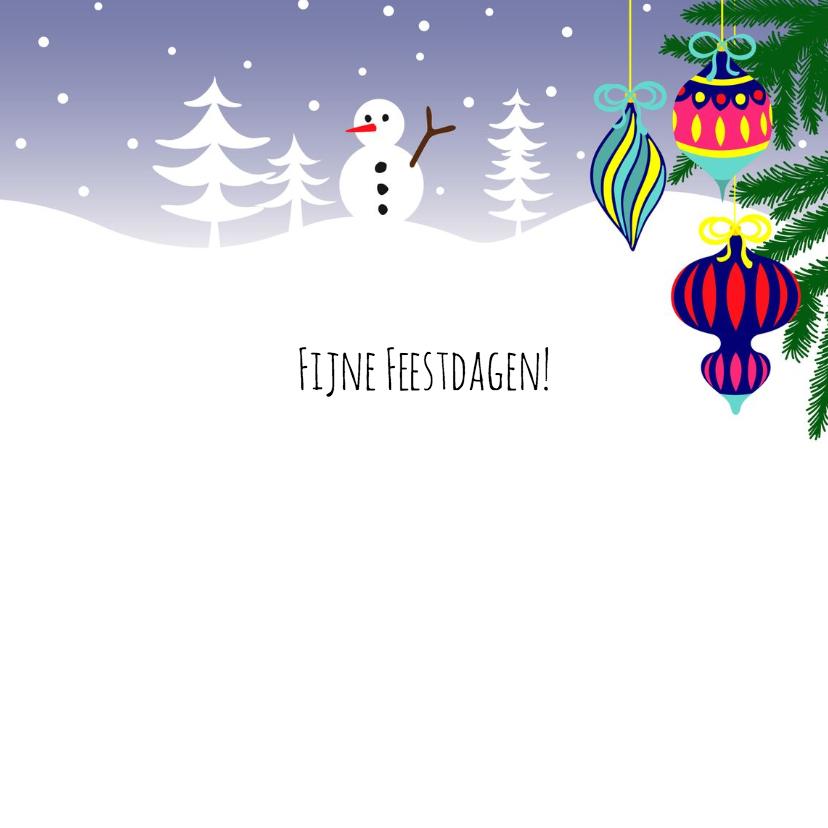 Kerstkaart, luiaard met kerstballen en cadeau's in de sneeuw 3