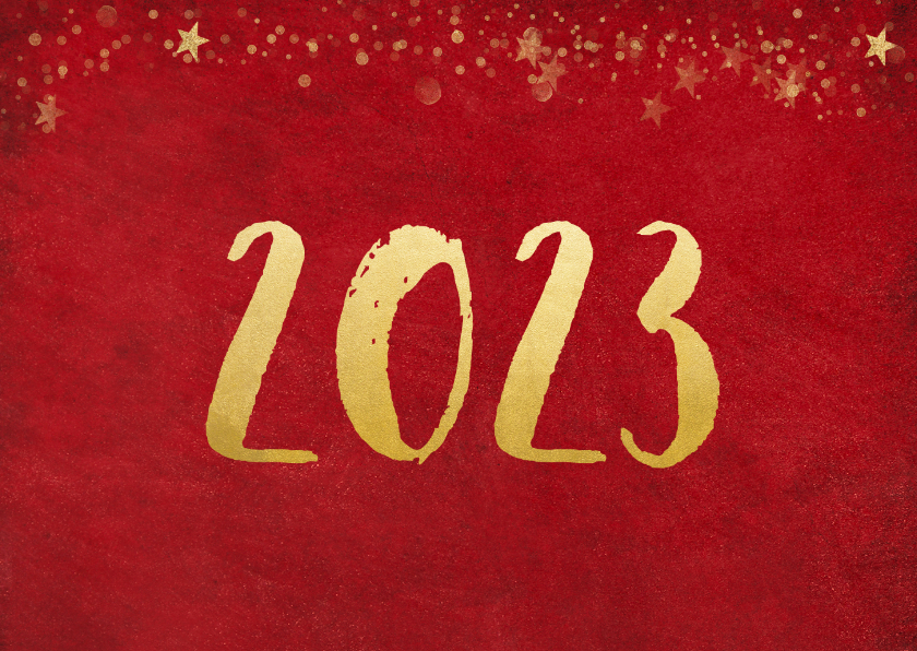 Kerstkaart rode achtergrond met gouden confetti en 2 foto's 2