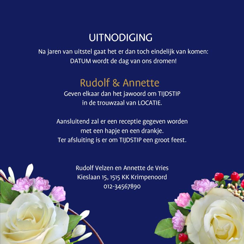 Mooie trouwkaart met witte rozen op aanpasbaar blauw 3