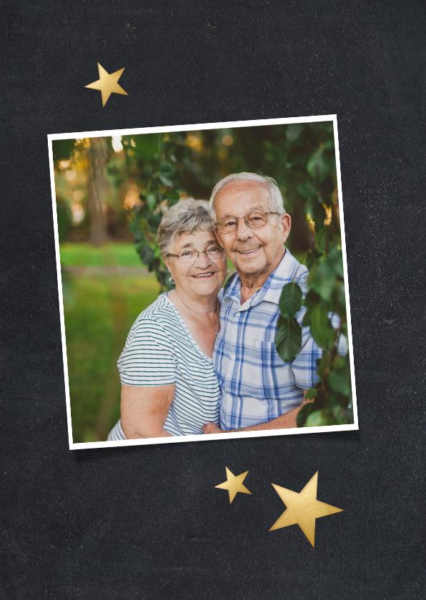 Nieuwjaarskaart met grote foto en witte confetti rondom 2