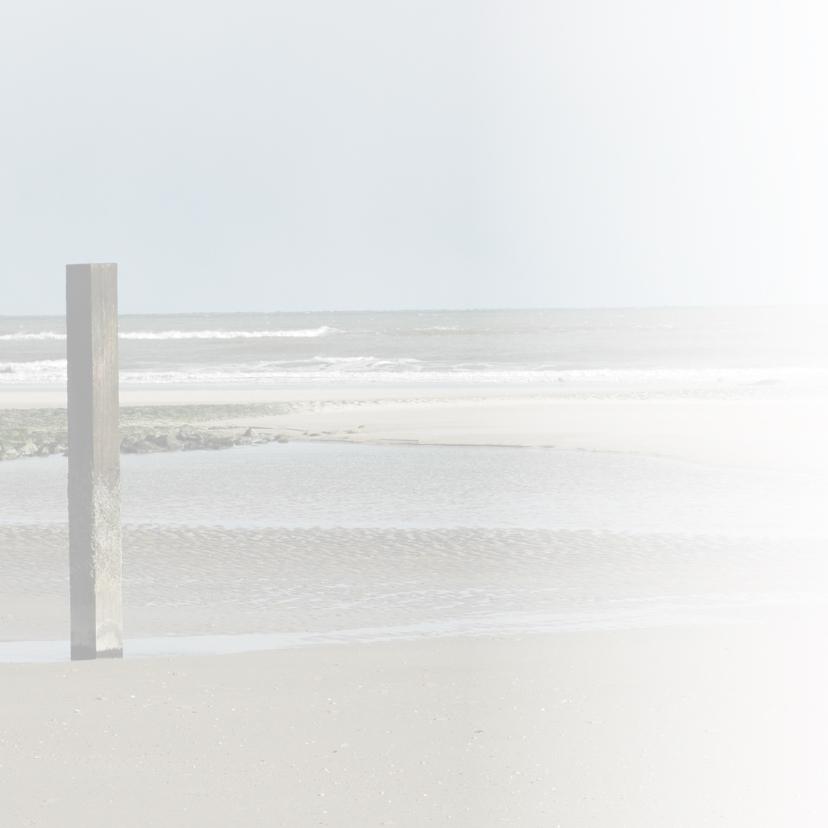 Strandpaal aan strand met zee 4k 2