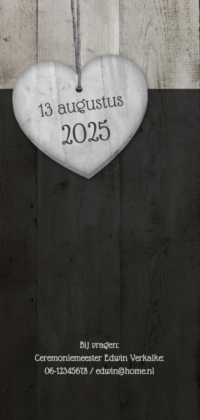 Trouwkaart langwerpig met 2 houten hartjes en trouwdatum 2