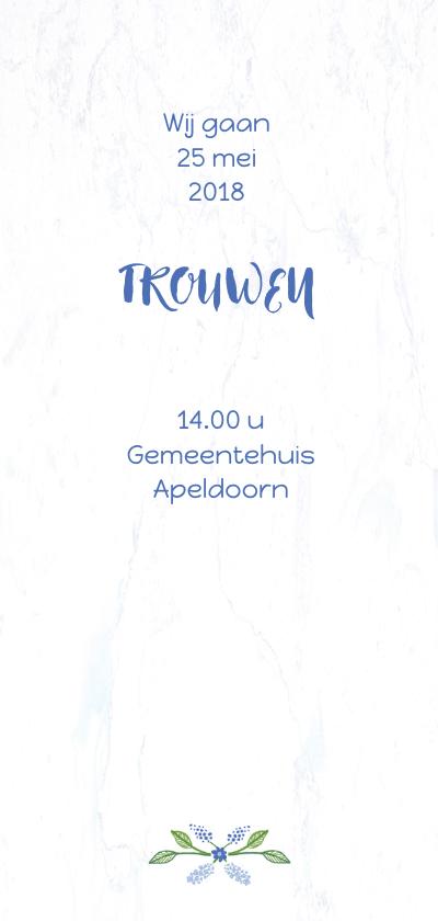Trouwkaart met blauwe bloemenkrans 2