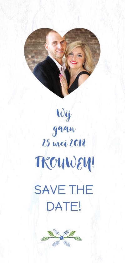 Trouwkaart Save The Date met blauwe bloemenkrans achterkant