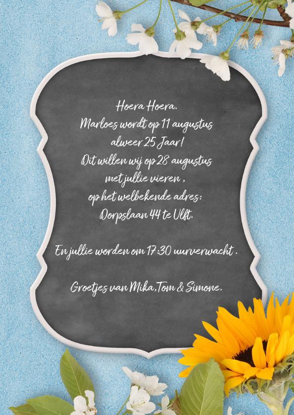 Uitnodiging tuinfeest krijtbord en bloemen 3